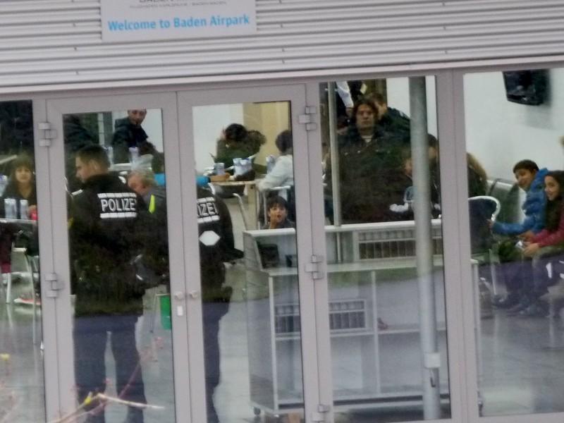 Polizei bewacht die Flüchtlinge